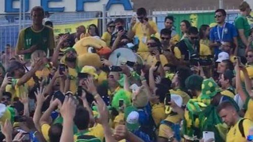 Torcida do Brasil, com Canarinho no bumbo, grita 'uh, psicopata'