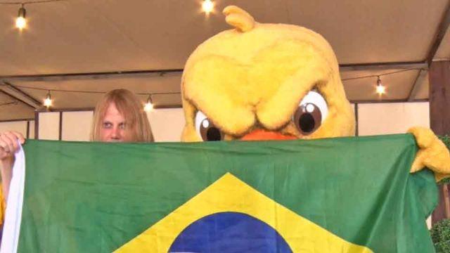 Canarinho encontra 'Psicopata do Hexa' antes de Brasil x Bélgica