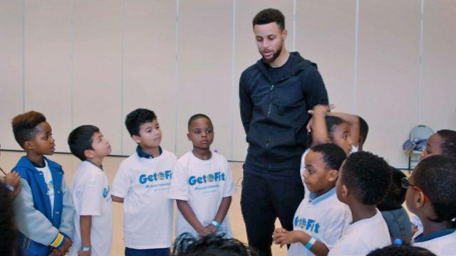 Curry tira tempo para cuidar de crianças da Bay Area